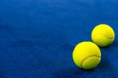 Pelotas de tenis en corte azul fotos de archivo libres de regalías