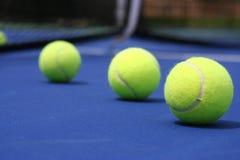 Pelotas de tenis en corte azul Fotografía de archivo libre de regalías