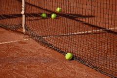 Pelotas de tenis en corte de arcilla del tenis Foto de archivo