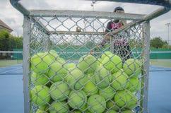 Pelotas de tenis en la cesta Fotografía de archivo libre de regalías