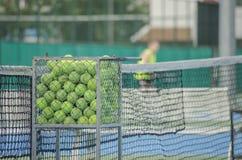 Pelotas de tenis en la cesta Foto de archivo libre de regalías