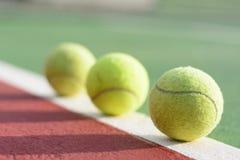 Pelotas de tenis en la corte foto de archivo