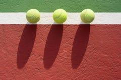 Pelotas de tenis en la corte foto de archivo libre de regalías