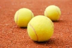 pelotas de tenis en la corte Imagen de archivo libre de regalías