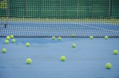 Pelotas de tenis en la corte Imágenes de archivo libres de regalías