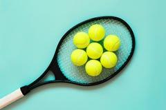 Pelotas de tenis en la raqueta Fondo para una tarjeta de la invitación o una enhorabuena Deporte del concepto Foto de archivo