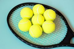 Pelotas de tenis en la raqueta Fondo para una tarjeta de la invitación o una enhorabuena Deporte del concepto Imagenes de archivo