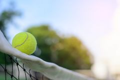 Pelotas de tenis en red imagen de archivo libre de regalías