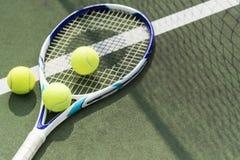 Pelotas de tenis en un campo de tenis Fotos de archivo libres de regalías