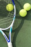 Pelotas de tenis en un campo de tenis Fotografía de archivo libre de regalías