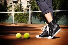 Pelotas de tenis en un campo de tenis lateralmente Fotos de archivo libres de regalías