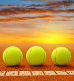 Pelotas de tenis en una corte de arcilla del tenis Imagen de archivo libre de regalías
