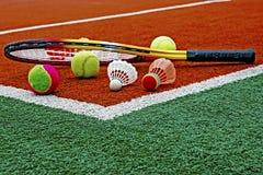 Pelotas de tenis, shuttlecocks del bádminton y Racket-4 Foto de archivo