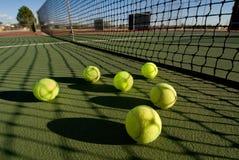 Pelotas de tenis y corte Imagen de archivo libre de regalías