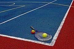 Pelotas de tenis y Racket-1 fotos de archivo libres de regalías