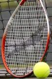 Pelotas de tenis y raqueta Imágenes de archivo libres de regalías