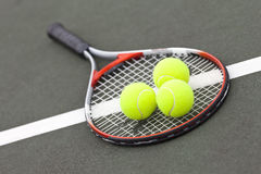 Pelotas de tenis y raqueta Fotos de archivo libres de regalías