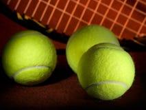 Pelotas de tenis y raqueta Imagenes de archivo