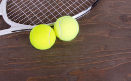Pelotas de tenis y raqueta de tenis Foto de archivo libre de regalías