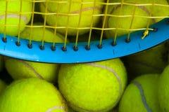 Pelotas de tenis y una raqueta Fotos de archivo libres de regalías