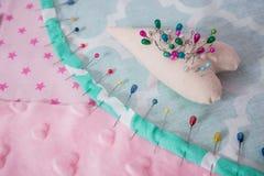 Pelote à épingles avec le sort d'aiguilles et de goupilles pour la couture image libre de droits