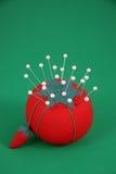 Pelote à épingles de couture rouge Images stock