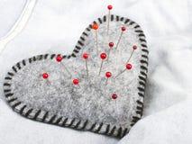Pelote à épingles en forme de coeur Photographie stock