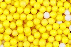 Pelotillas amarillas y blancas Foto de archivo