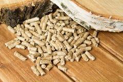 Pelotillas de madera, abedul La biomasa granula energía barata El concepto de producción del combustible biológico imagen de archivo