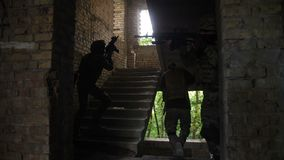Peloton d'élite des marines entrant dans le bâtiment ennemi banque de vidéos