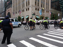 Peloton de bicyclette de NYPD, rassemblement d'Anti-atout, NYC, NY, Etats-Unis Photos stock