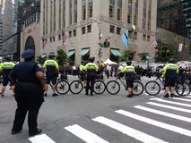 Peloton de bicyclette de NYPD, rassemblement d'Anti-atout, NYC, NY, Etats-Unis Photo stock