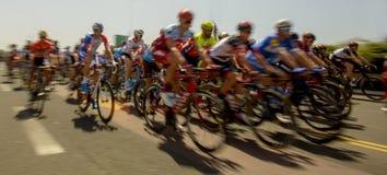 Peloton des cavaliers de bicyclette pendant une course images libres de droits