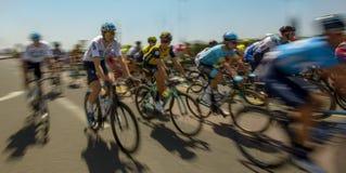 Peloton des cavaliers de bicyclette pendant une course image stock