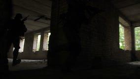 Peloton des soldats d'armée attaquant le bâtiment ennemi banque de vidéos