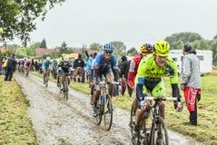 Peloton op een Cobbled-Road Ronde van Frankrijk 2014 Royalty-vrije Stock Fotografie