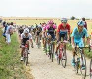 Peloton op een Keiweg - Ronde van Frankrijk 2015 Stock Fotografie