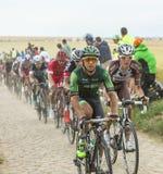 Peloton op een Keiweg - Ronde van Frankrijk 2015 Stock Foto