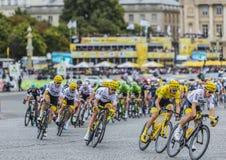 Pelotonen i Paris - Tour de France 2017 arkivbild