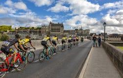 Pelotonen och den Amboise chateauen Paris-Tours 2017 royaltyfria foton