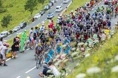 Pelotonen på sänkan de Peyresourde - Tour de France 2014 Fotografering för Bildbyråer
