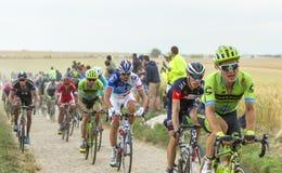 Pelotonen på en kullerstenväg - Tour de France 2015 Arkivbilder