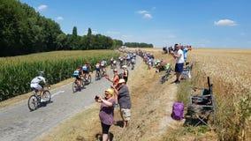 """Pelotonridningen Tour de France 2018 på för en kullerstenväg†"""" arkivfilmer"""
