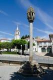 Pelourinho en kerk in Pinhel portugal stock fotografie