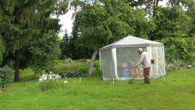 L\'homme De Jardinier A Coupé L\'herbe Avec Le Trimmer Près De La ...