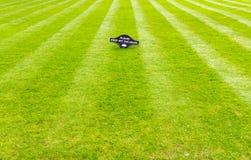 Pelouse fraîchement fauchée parfaitement barrée de jardin avec un panneau d'avertissement Photo libre de droits
