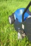 Pelouse-moteur sur l'herbe fraîche Images stock