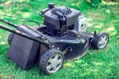 Pelouses de fauchage, tondeuse à gazon sur l'herbe verte, équipement d'herbe de faucheuse, photos stock