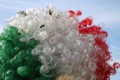 Peluca tricolora de la diversión con colores blancos y verdes rojos y el cielo azul Fotografía de archivo libre de regalías