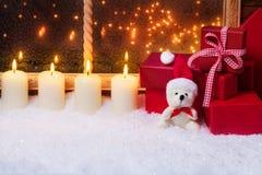 Peluche con las velas y los regalos Imagenes de archivo